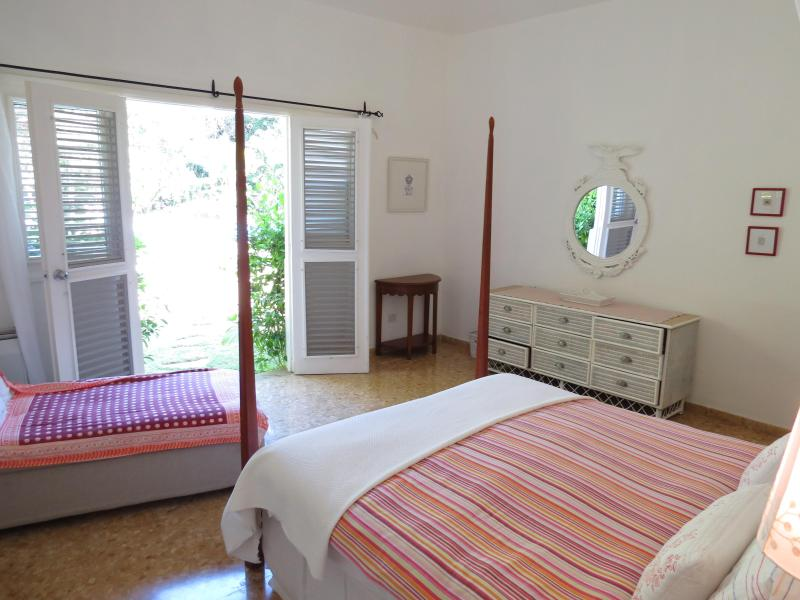 4-poster master-bedroom with pool- and garden-view