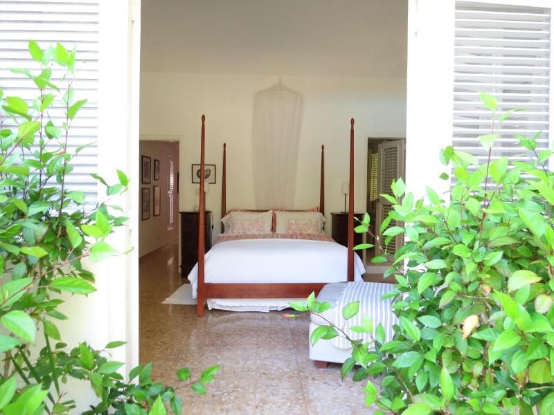 4-poster master-bedroom from garden