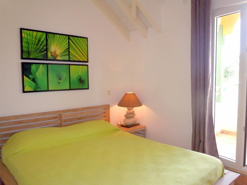 MOJITO : green bedroom with queen size bed