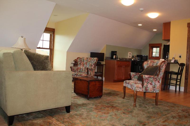 Pièce principale et cuisine de l'escalier à l'atterrissage, tout nouveau lit confortable