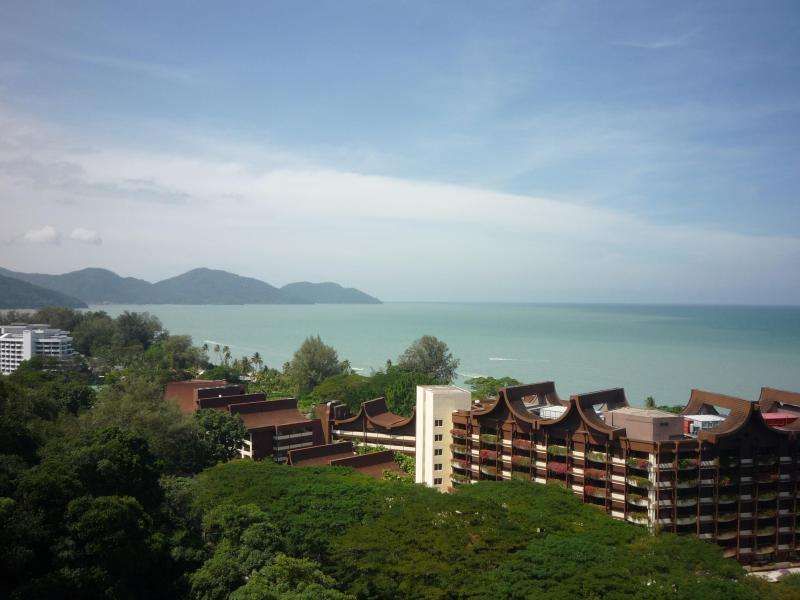 New Renovated Luxury Condo Panoramic Sea View, holiday rental in Teluk Bahang