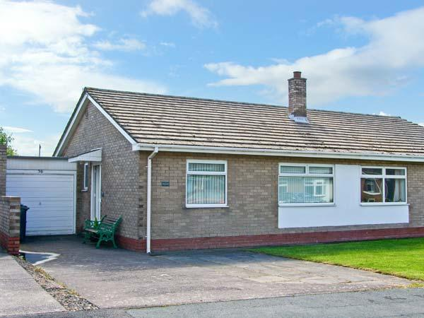 MEGSTONE, close to the beach, open plan, ground floor cottage in the centre of, holiday rental in Beadnell