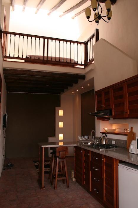 El salón y la cocina por debajo, el loft dormitorio arriba