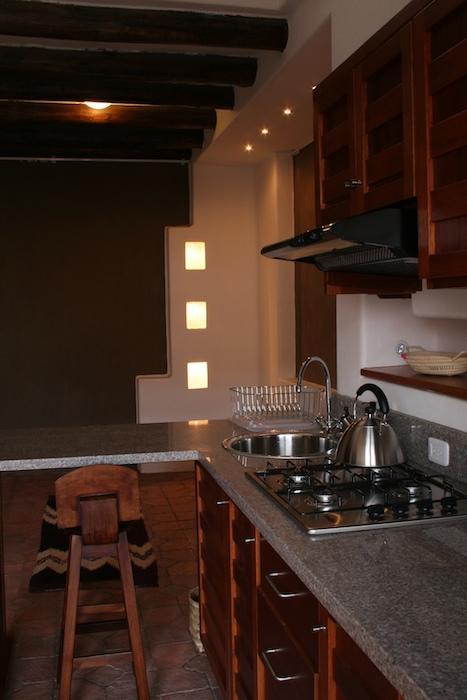 Más allá de la cocina es el salón con luces empotradas