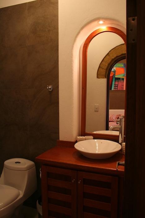 Los baños son baldosas, nuevo y elegante.