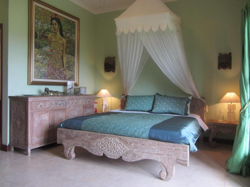 The Green Room / master with king bed and ensuite.