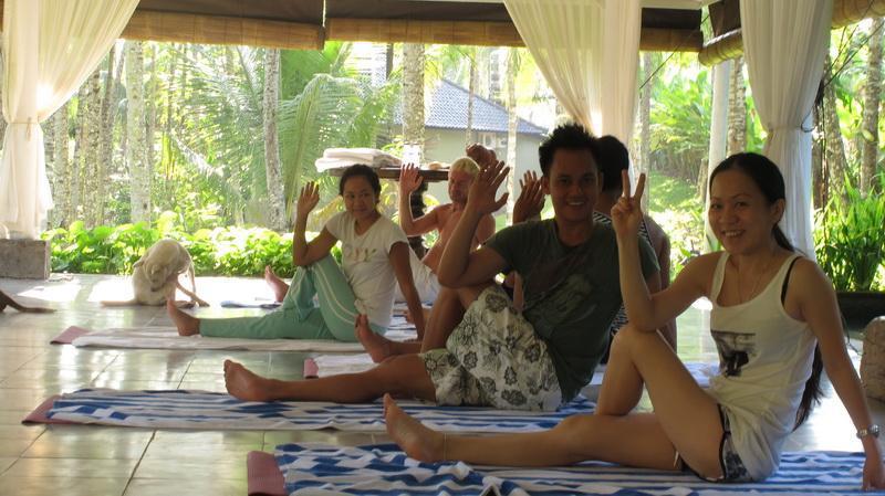 La balle de Yoga (Gazebo) est décorée en calmant blanc