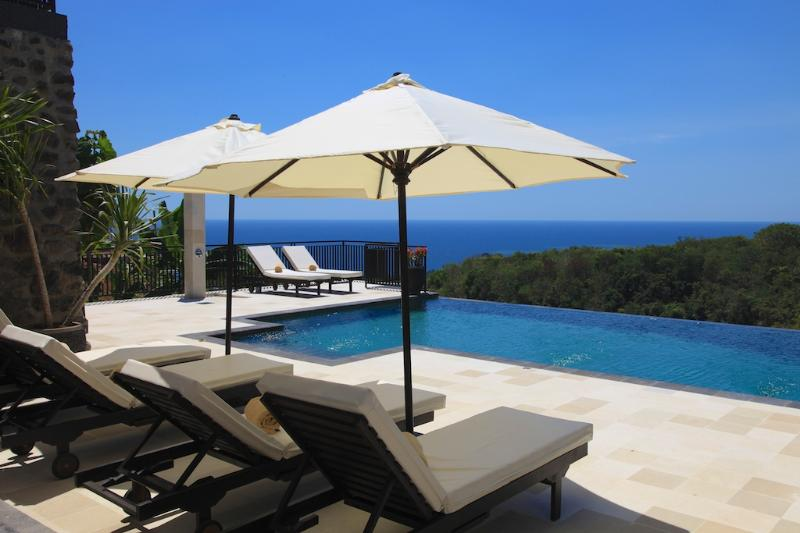 Villa Jempiring - luxury villa with stunning view, large pool and staff!, holiday rental in Lovina Beach