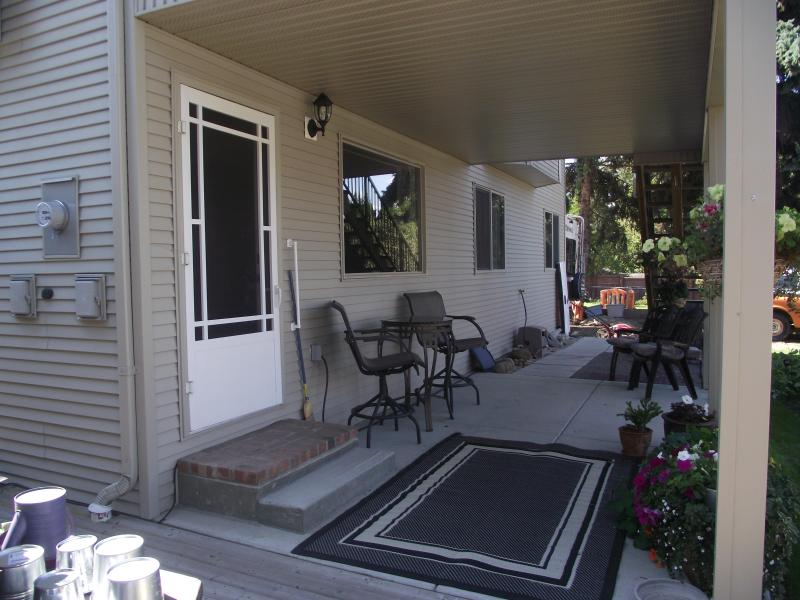 Our guests have a private entrance with a large covered deck and access to the well maintained yard.
