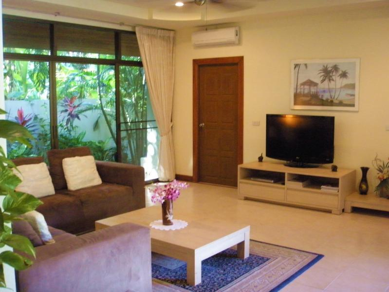 LIVING ROOM WITH TV, DVD, WI-FI & MOBILE PHONE