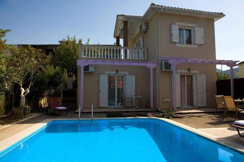Private villa with swimming pool, bbq, walk to Nid, holiday rental in Lefkada