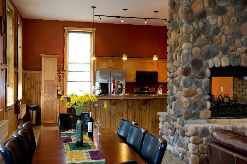 A área de jantar clama por seu grupo! Preenchê-lo com boa comida e vinhos e cargas de riso!