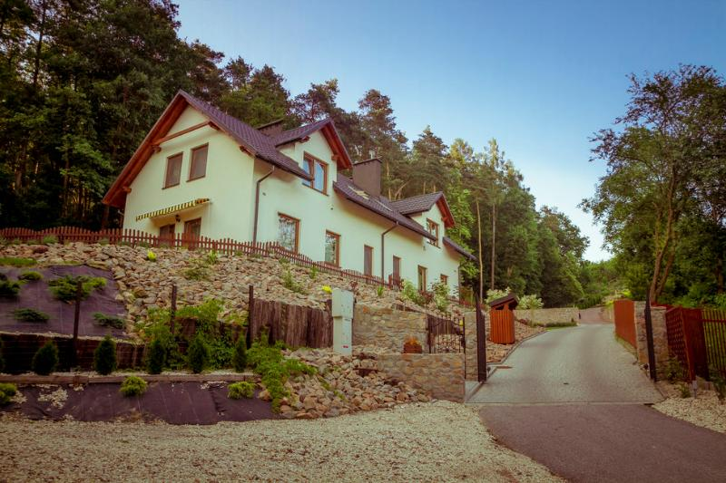 Jura Park Neighborhood Holiday House and Garden, holiday rental in Chrosna