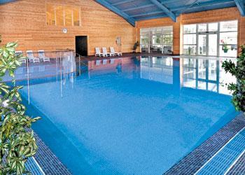 Godetevi una nuotata nella coperta riscaldata piscina - parte del centro ricreativo ampiamente attrezzata