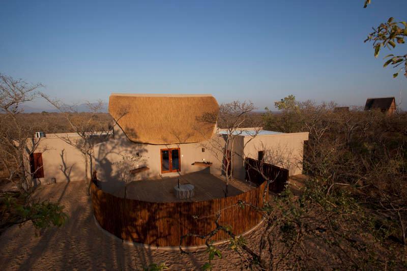 Lodge bouwen met keuken, boma, lounge, dek en zwembad