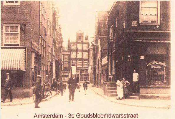het huis is in 1735 gebouwd en staat geregistreerd als monumentaal pand met de archieven van Amsterdam