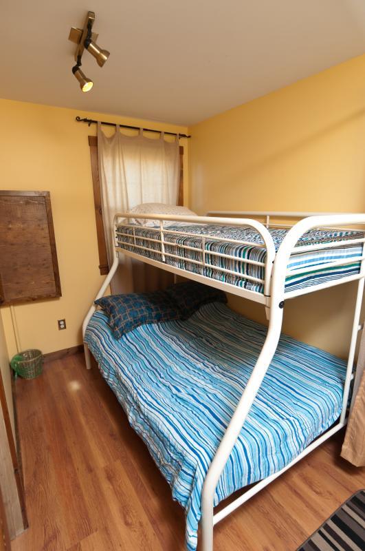 Niños cama habitación doble con un doble sobre él en el nivel inferior