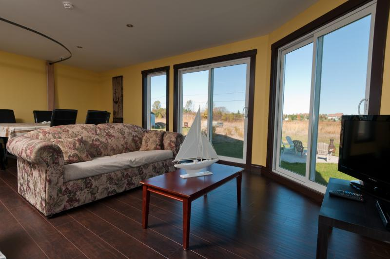 sala de estar en planta baja con una cama murphy en la pared para los huéspedes adicionales