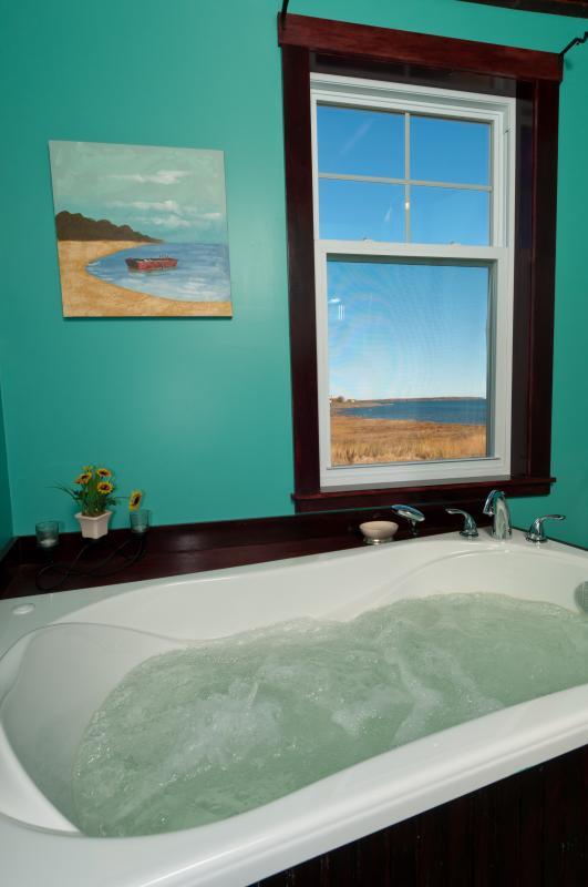 Arriba baño con bañera de aire para relajarse después de un largo día