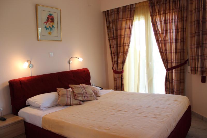 Chambre séparée avec grand lit et une grande armoire 1 canapé-lit en lit double ouverture