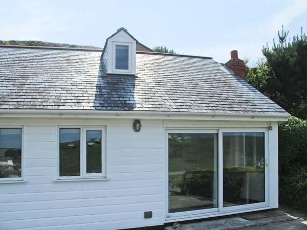 SEACOTT, sea views, woodburner, en-suite, detached cottage in Porthtowan, Ref, holiday rental in Threemilestone