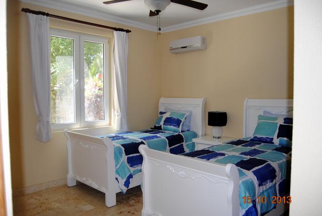 Duas camas disponíveis no segundo quarto.