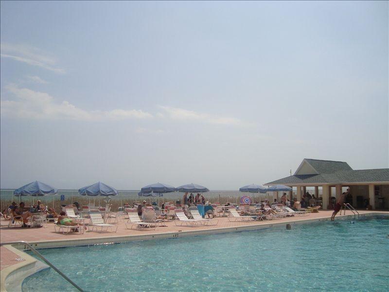 Club de plage de piscine et un snack-bar (les meilleurs hamburgers!) (plage juste après umbrelllas)