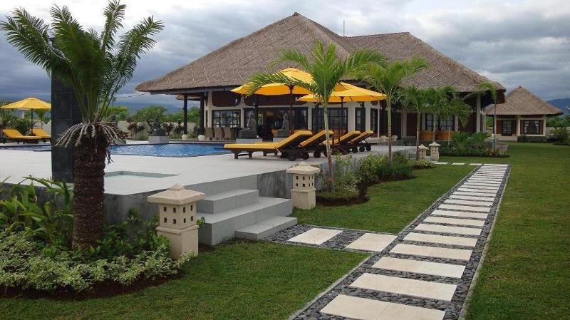 Luxury private 6 bedroom villa directly on the beach of Bali including staff, holiday rental in Temukus