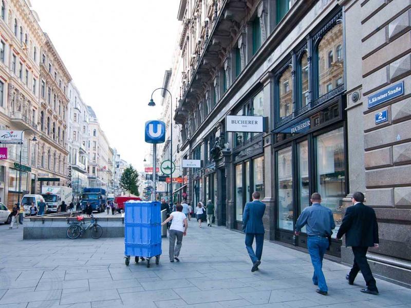 The Kärntnerstrasse shopping street: 4 minutes walk