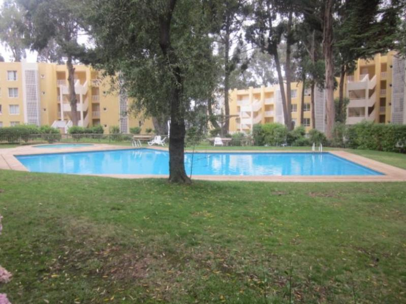 Swimming Pool in front of building - Piscina frente al edificio