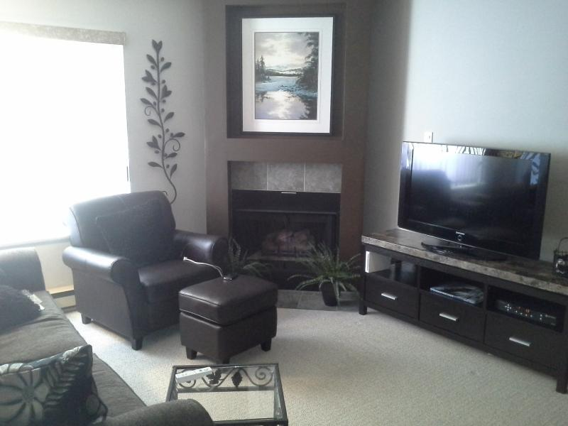 Living room with gas fireplace and flatscreen tv