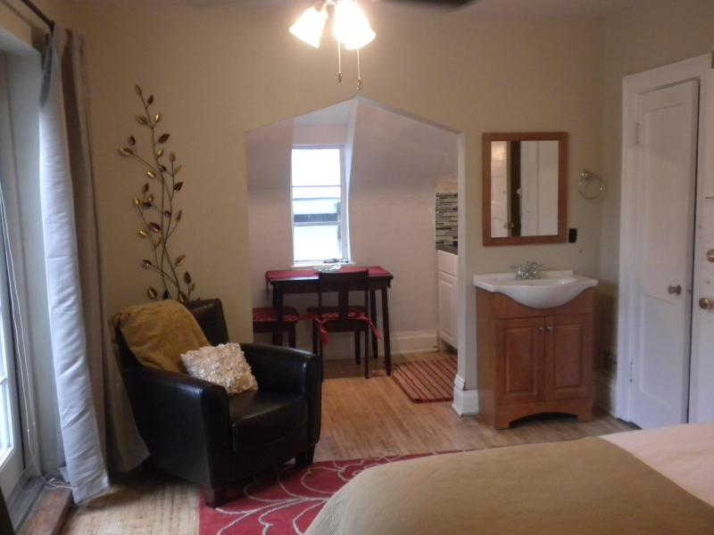 ***** Sunny Studio Top Location w/ Private Balcony, vacation rental in Denver