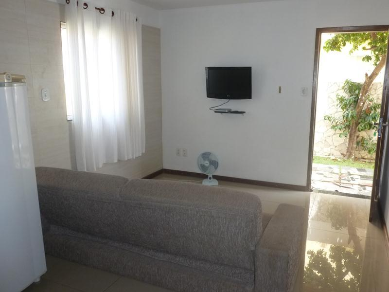 Pará de vista sala com uma porta de entrada e TV