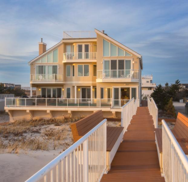 Luxury Oceanfront bd House! pool+Jacuzzi facing the ocean call for last min deal, vakantiewoning in Hamptons