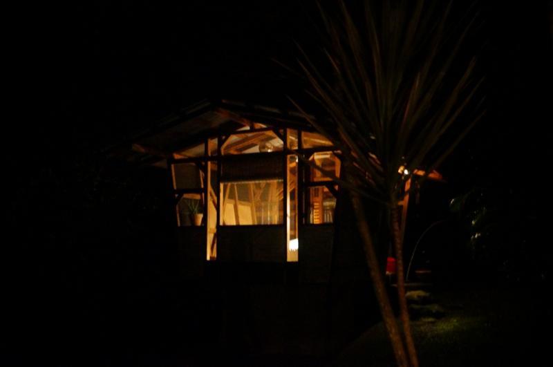 Romantisches Gartenhaus gesehen aus dem Garten in der Nacht