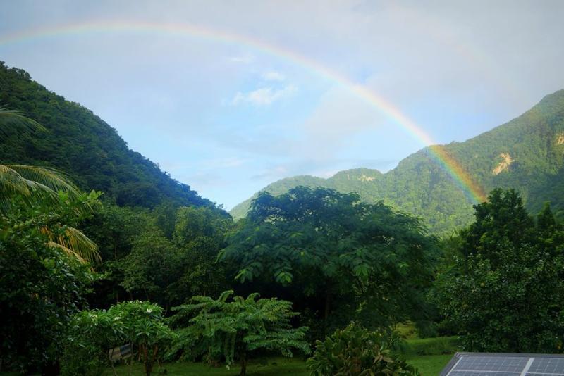 Ein Regenbogen über Paradies. Suchen Sie nach dem Topf voll gold