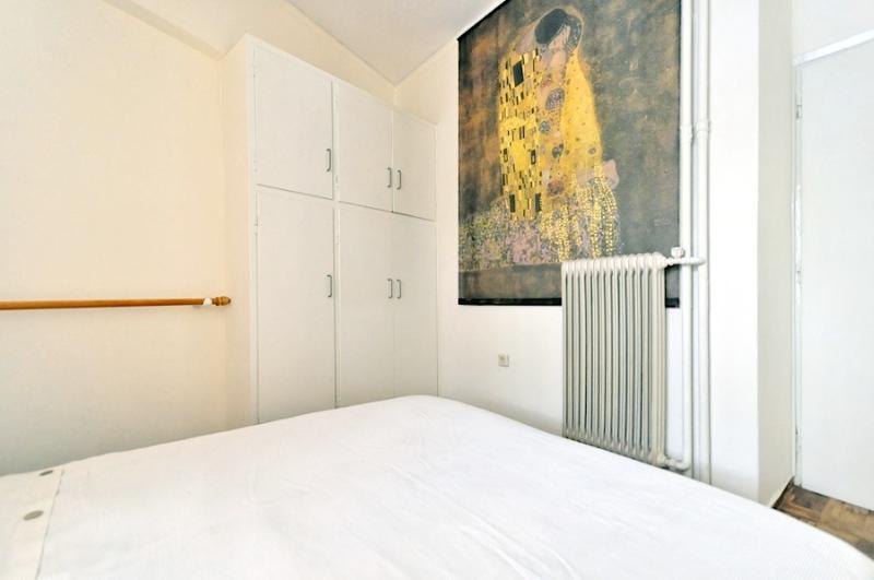 Armario en la habitación con cama doble