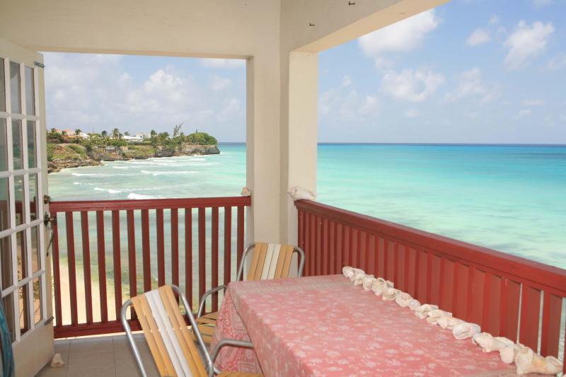 Beautiful Beach front Apartment, location de vacances à Oistins