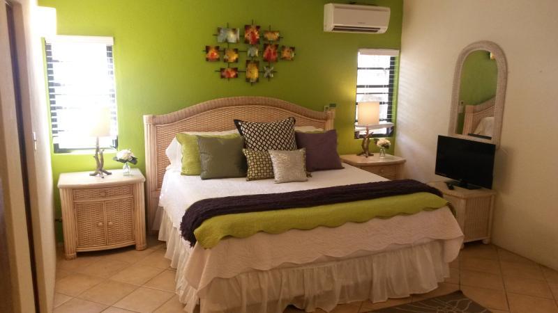 Master bedroom (king size bed)
