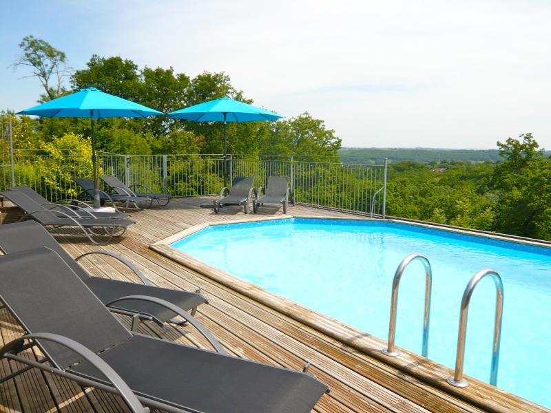La piscine avec vue sur la vallée