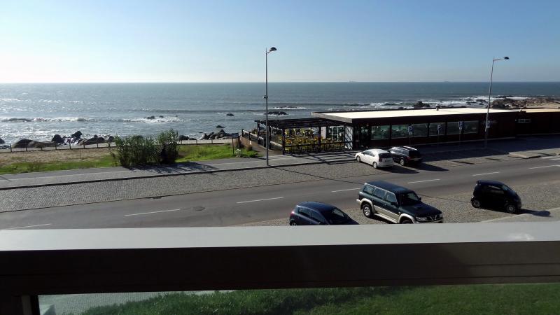 Beach front two bedroom condo with amazing view, Ferienwohnung in Vila Nova de Gaia