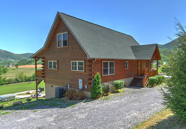 3/3 Log Cabin on paved roads, Parking,Views, 48' Covered Deck, Gas Grill, Firepit, Close to Town.