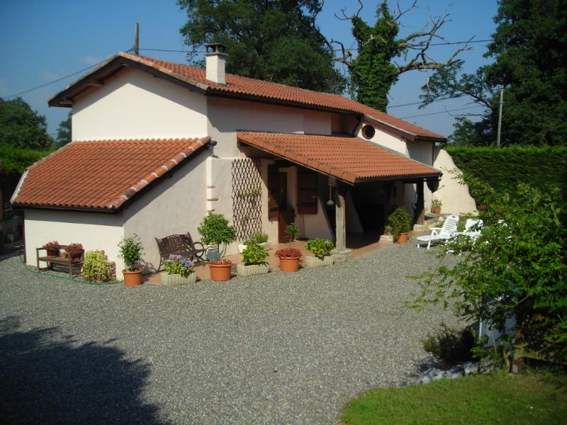 Stunning Farmhouse with Pool and Private Fishing lake near Dax and Orthez, holiday rental in Hinx