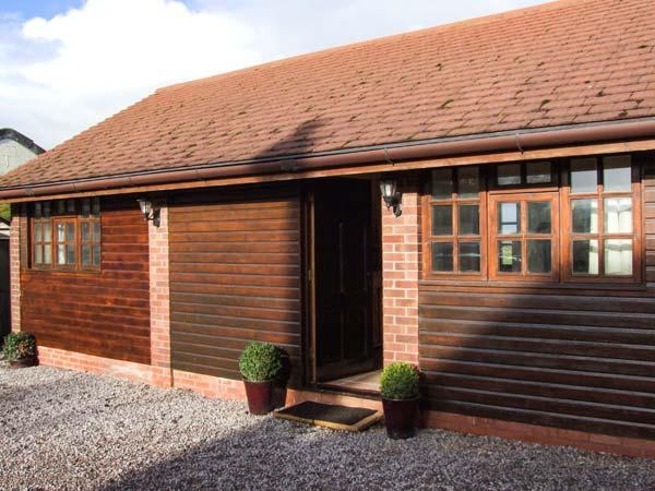 DAIRY BARN, WiFi, hot tub, en-suite facilities, woodburner, romantic cottage, holiday rental in Wickhamford