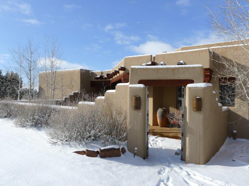 Voorkant van huis in sneeuw
