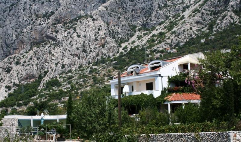 Seaview Villa with pool, tenniscourt and garden, alquiler de vacaciones en Podgora