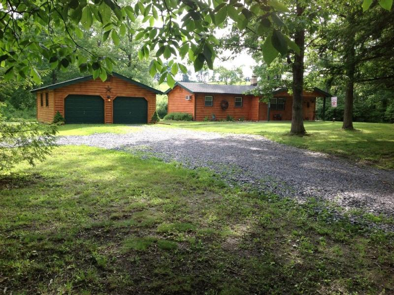 Cozy Creekside Cabin Lehigh Valley/Allentown, holiday rental in New Tripoli