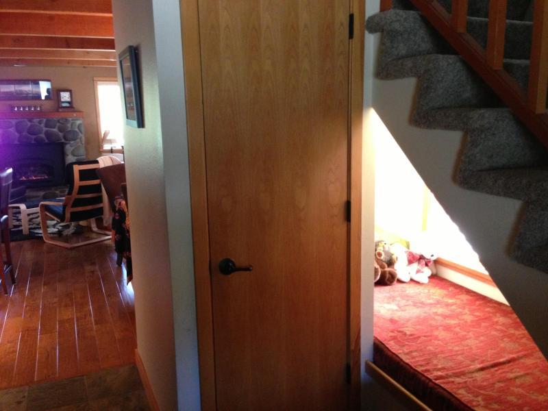 Sotto le scale 'letto' da porta d'ingresso