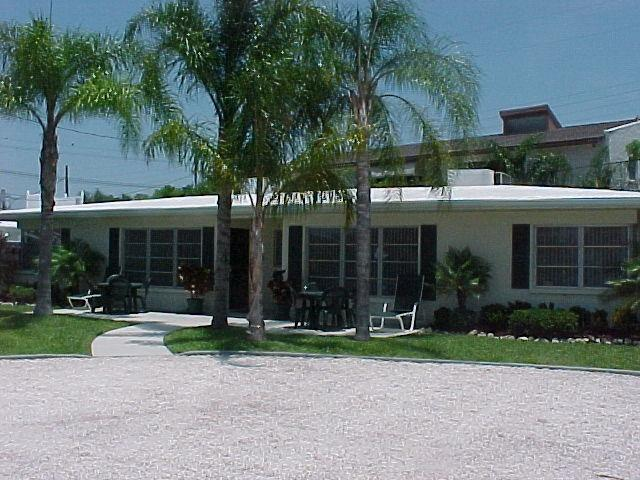 2 MINUTE WALK TO SIESTA BEACH!! (really)  1 MINUTE TO POOL.  GREAT VALUE!!!, vacation rental in Siesta Key