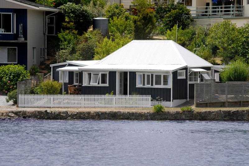 Mabel's. Historic 1860's Waterfront Cottage, holiday rental in Mangonui